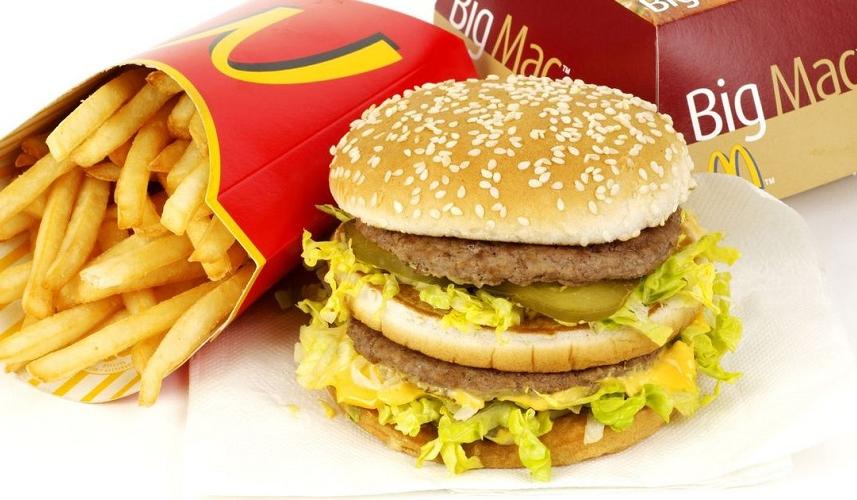 Un youtubeur mange uniquement McDo pendant une semaine et perd du poids