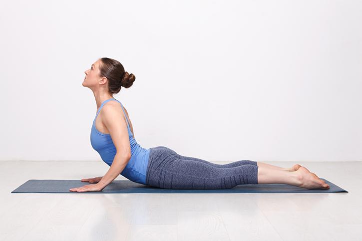 Quelles postures de yoga pour avoir un ventre plat ? - Marie Claire